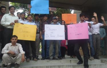 QAU students stand in solidarity with Dr Pervez Hoodbhoy. Photo: courtesy Nayyar Afaq